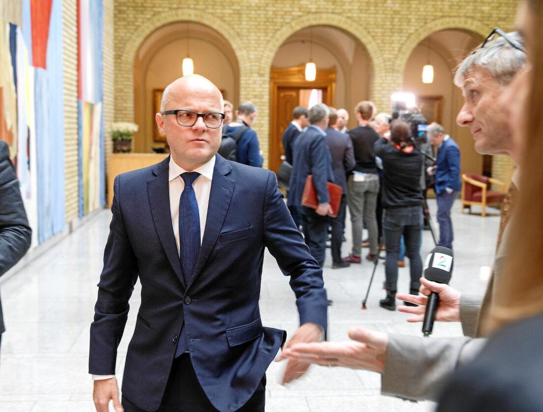 Jakt: Ved å stoppe lisensjakta for ulv har miljøminister Vidar Helgesen igangsatt jakten på seg selv, skriver innsenderen. Foto: NTB scanpix