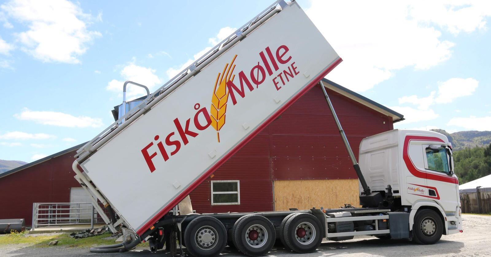 BYGGER: Fiskå Mølle har kjøpt tomteareal i Trøndelag. Her er en kraftfôrbil på tur i Etne i Vestland. Foto: Dag Idar Jøsang