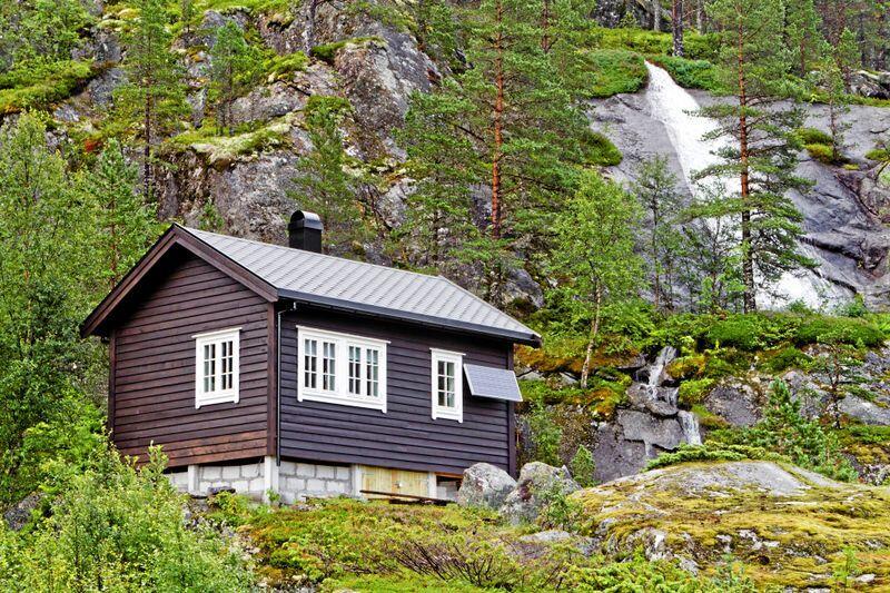 Enkelt: Tre av fire hytter i Noreg er ikkje kopla til straum. Ny solcelleteknologi gjer desse avsidesliggande og ofte eldre hyttene langt meir aktuelle på eigedomsmarknaden. Foto: Shutterstock / NTB scanpix