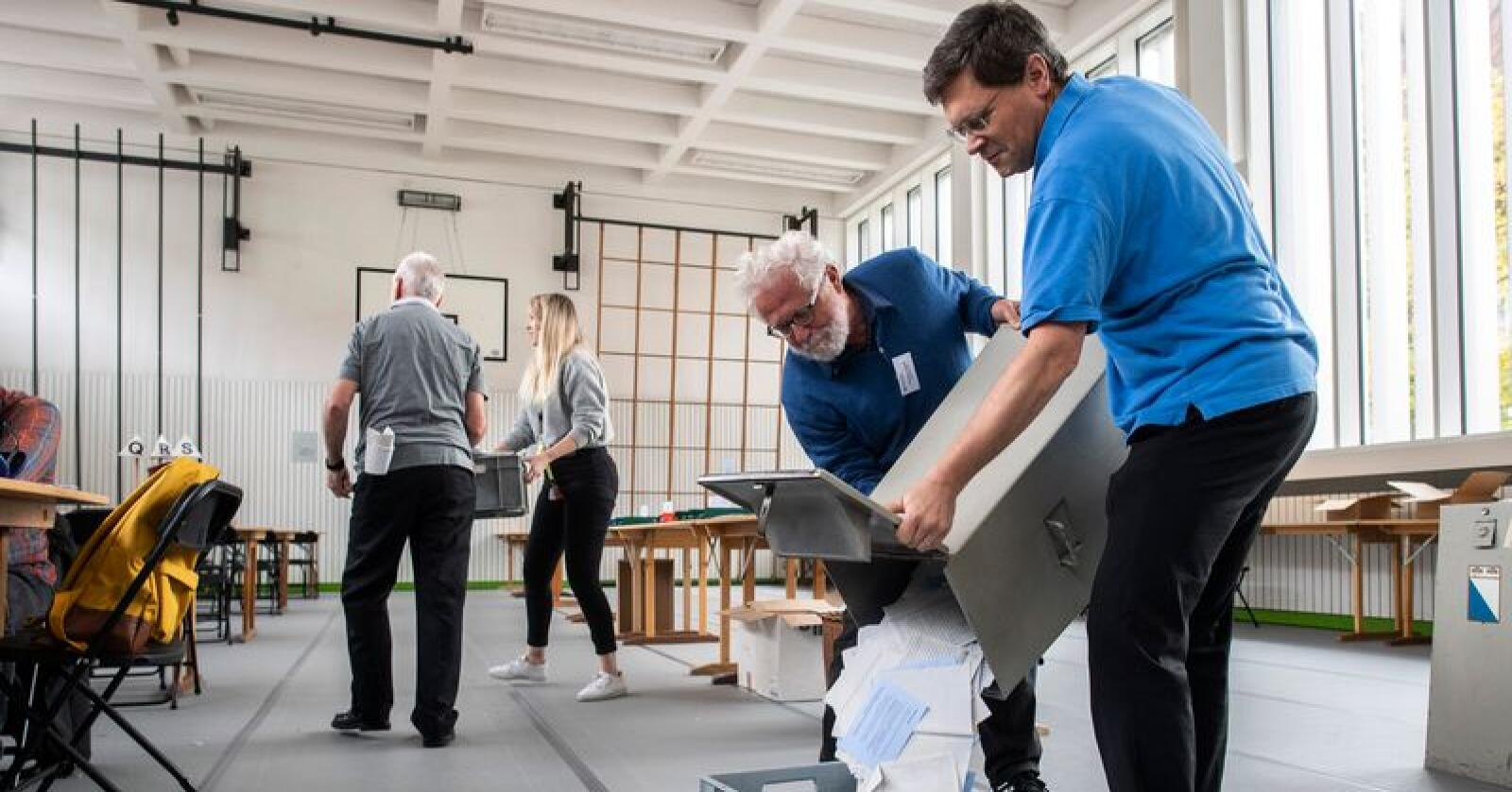 En stemmeurne tømmes i et valglokale i Zurich i Sveits søndag. Foto: Ennio Leanza / AP / NTB scanpix.