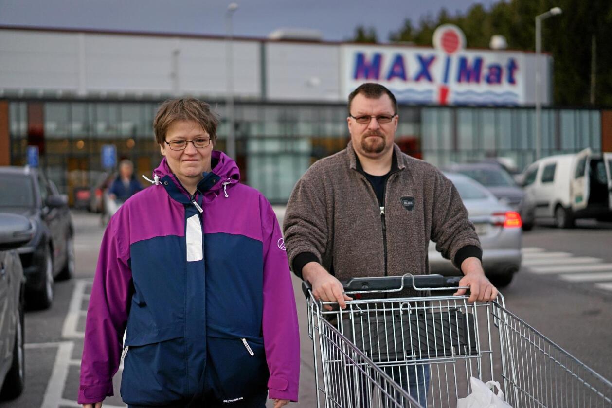 Liker utvalget: Hege-Anita Nilsen (41) og Tom Lund (44) tar turen fra Vestfold et par ganger i måneden for å handle mat i Sverige. Foto: Benjamin Hernes Vogl