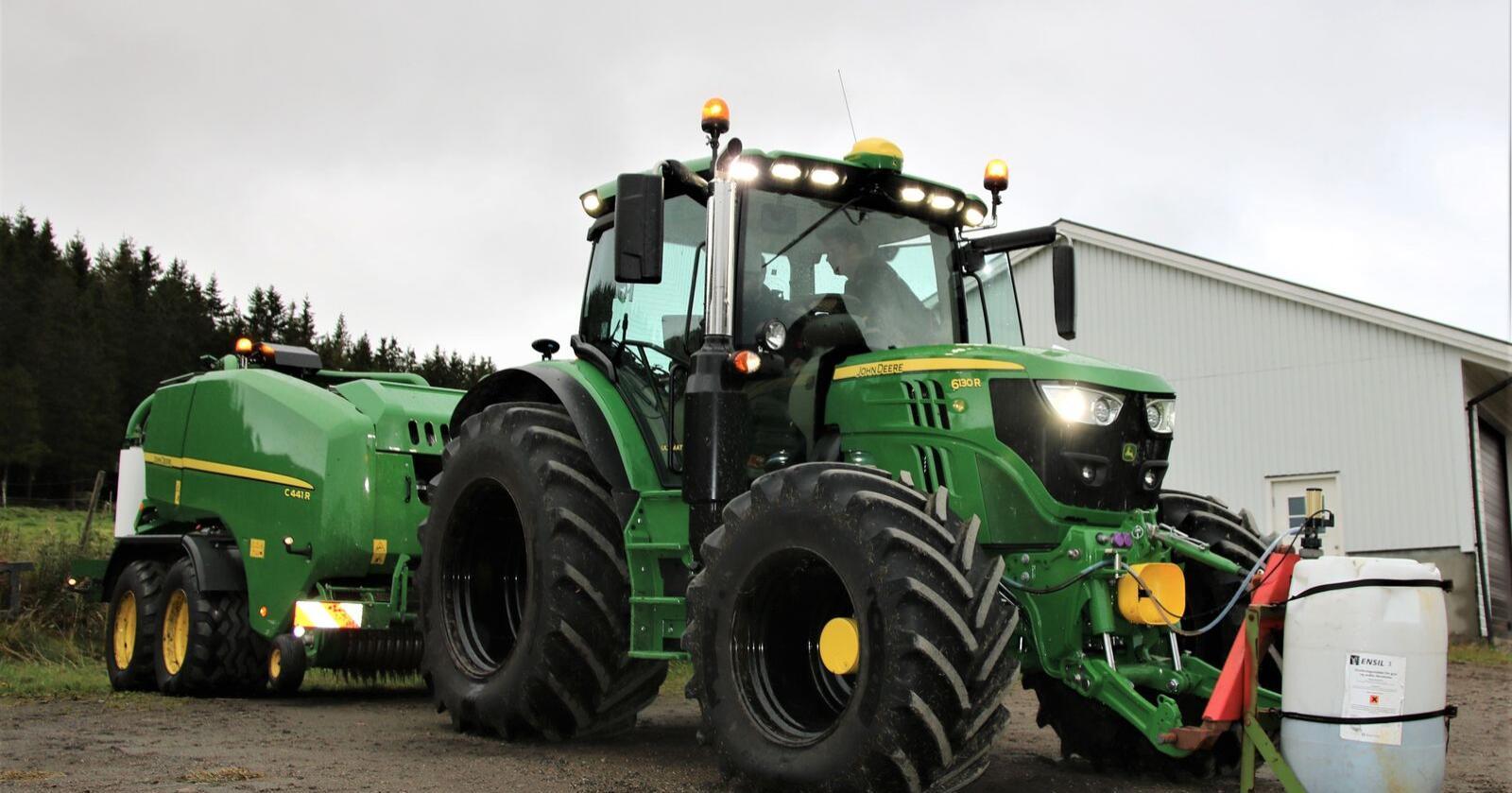 John Deere dro i land en knipen seier som Norges mest solgte traktor i 2019. Hakk i hel kom Valtra, med kun 11 færre registreringer. (Foto: Lars Raaen)