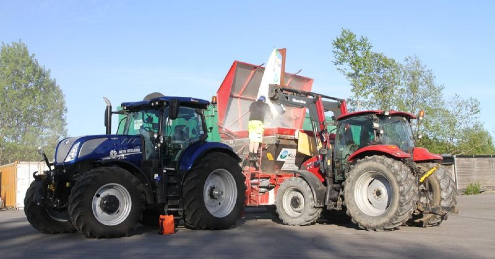 Leier du ut traktoren og deg selv til for eksempel kalking? Da vil vi gjerne hvite hva du tar deg betalt. Prisene publiseres på leiekjøringspriser.no. Arkivfoto: Trond Martin Wiersholm