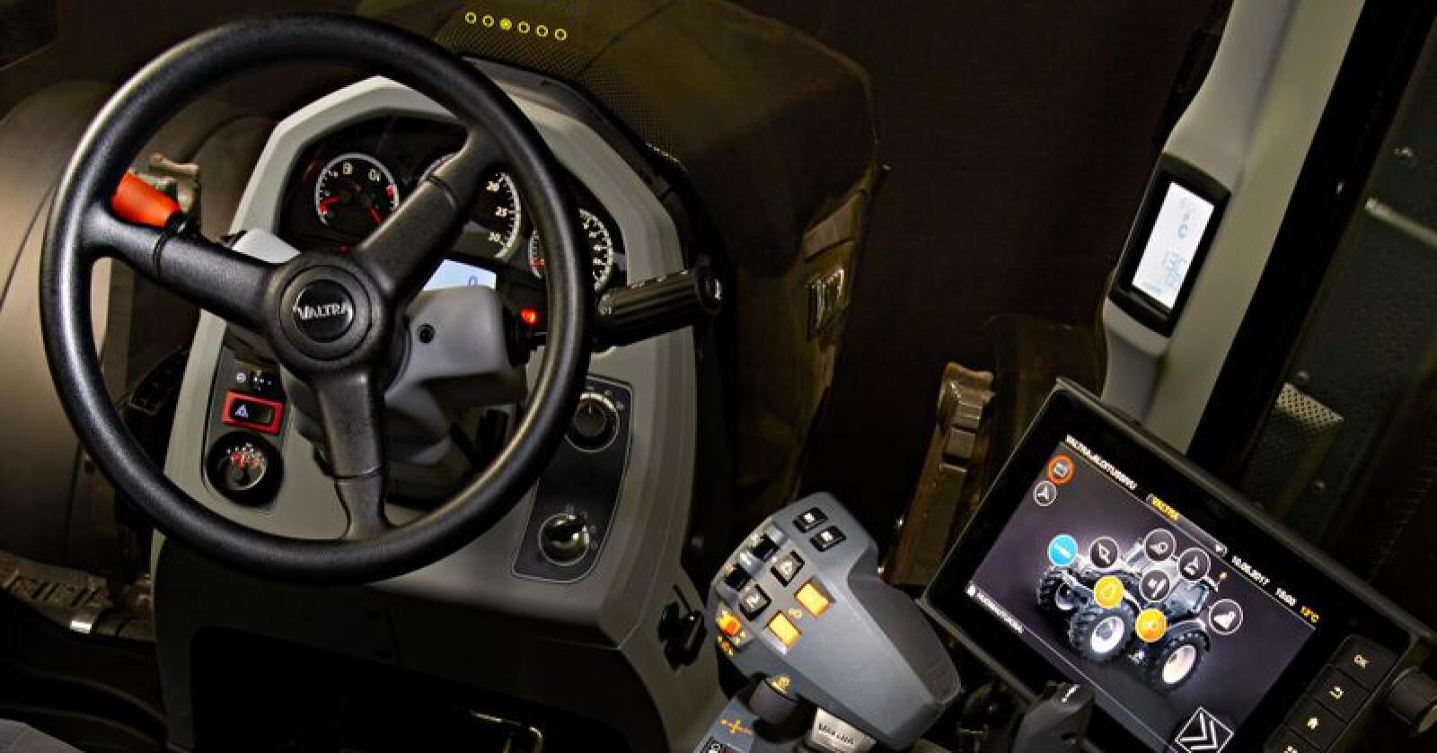 Systemet som Valtra kaller SmartGlass er et transparent display i frontruta på traktoren, som for eksempel kan vise turtall og annen viktig informasjon.