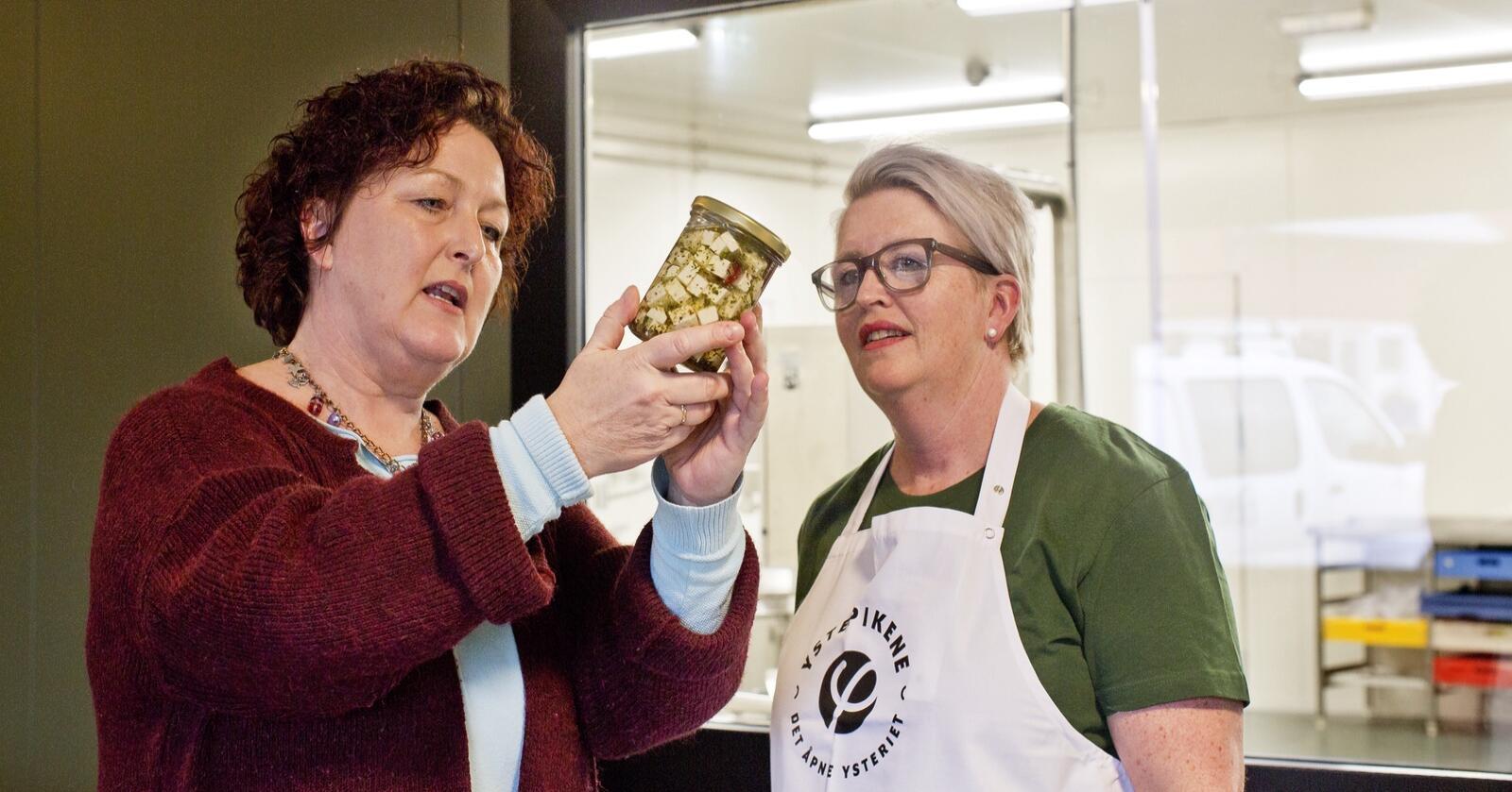Heidi Netland Berge har vært rådgiver for flere av bøndene som starter opp egen produksjon. Her sammen med Siri Rasmussen Lea fra Ystepikene. Foto: Solfrid Sande