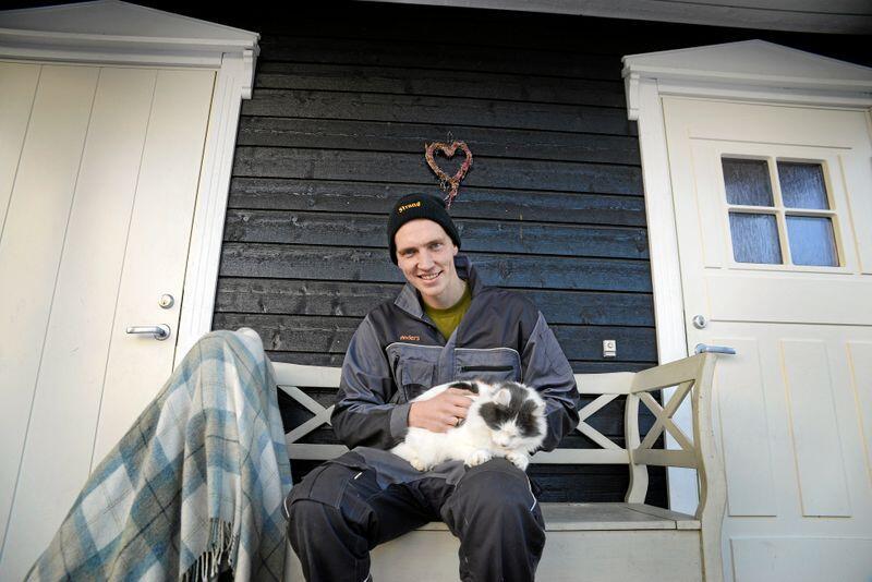 Anders Bakke Klemoen håper bildene og videoene han deler i sosiale medier kan få flere til å engasjere seg for norsk landbruk. Her er han hjemme på gården i Torpa i Nordre Land i 2018. Foto: Mariann Tvete
