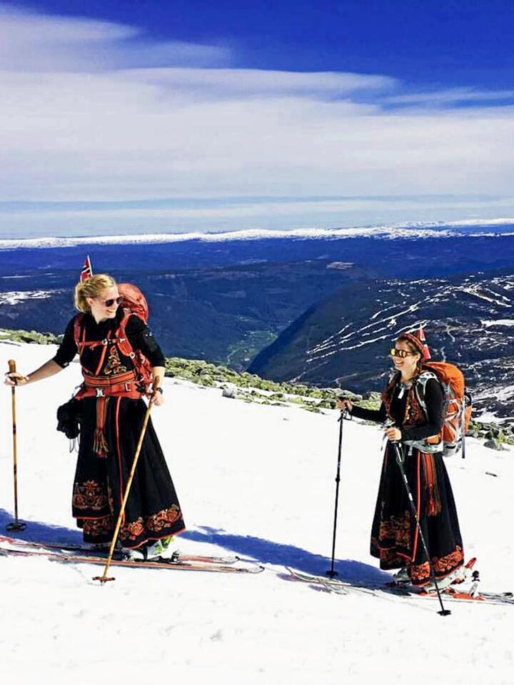 Topptur i bunad: 17. mai i fjor tok søstrene Hege og Stine med seg familien og dro til Gaustatoppen 1883 meter over havet. Turen opp (bildet) ble gjennomført med bunad og randonee-ski. Alle foto: Privat
