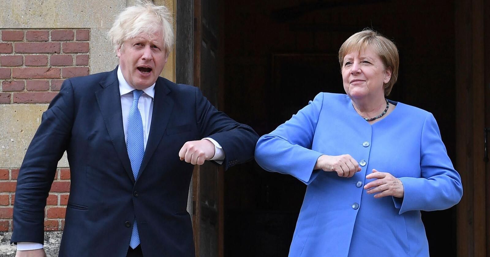 Boris Johnson og Angela Merkel hilste på koronavennlig vis med albuene da de møttes fredag. Foto: Stefan Rousseau / Pool Photo via AP / NTB