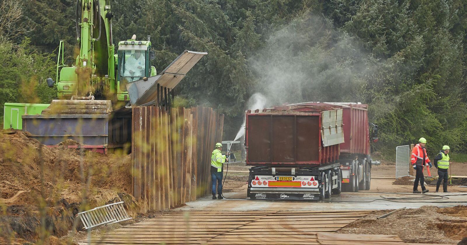 Danmark går i gang med det ubehagelige arbeidet med å grave opp flere tusen tonn døde mink torsdag. Foto: Mikkel Berg Pedersen / Ritzau Scanpix / NTB