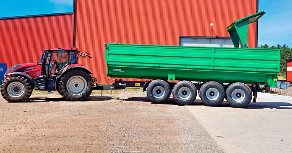 Den hydraulisk betjente baklemmen løfter såpass høyt, at det ikke er noe problem å laste traktoren bakfra med truck eller frontlaster. (Foto: Produsenten)