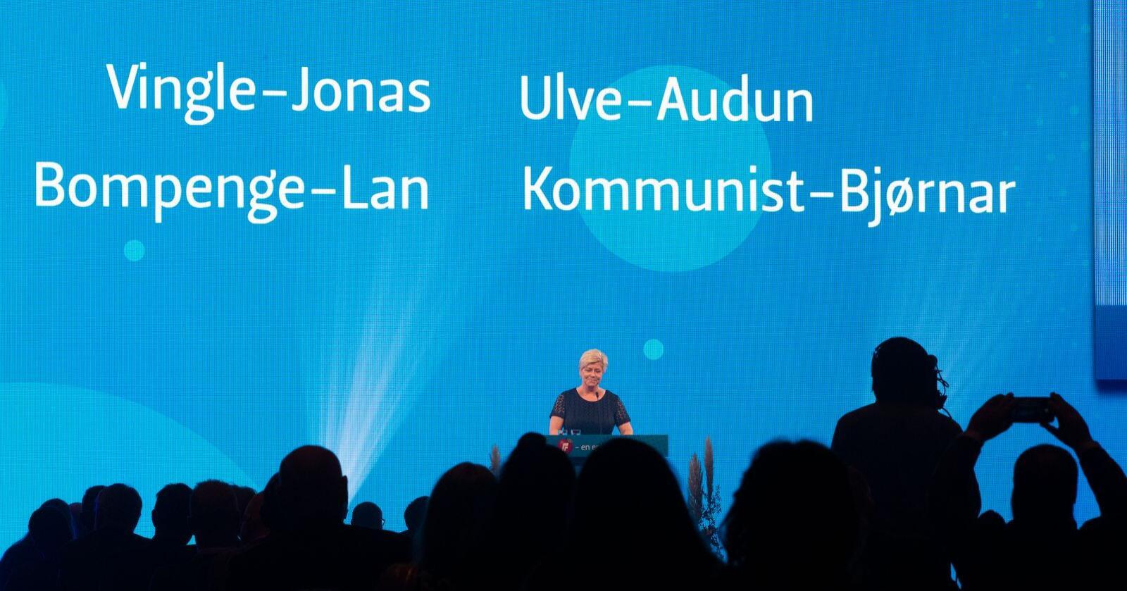 Partileder Siv Jensen delte raust ut nye kalle-navn til partileder-kollegaene sine - da hun holder tale under Fremskrittspartiets landsmøte på Gardermoen. Foto: Berit Roald / NTB