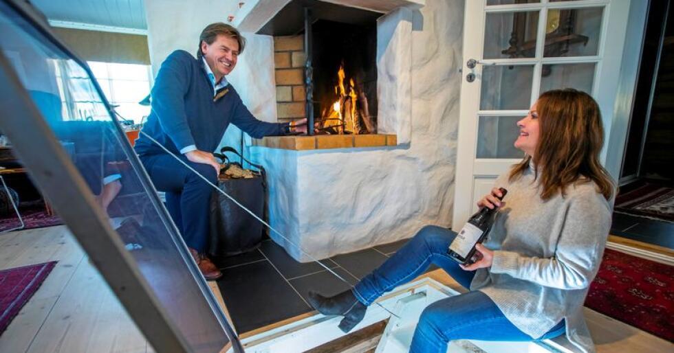 SAMLAR: Hjalmar Nørstebø-Solbjør og Kjersti Nørstebø-Solbjør har eit par hundre vinflasker i kjellaren. Foto: Heiko Junge / NTB scanpix