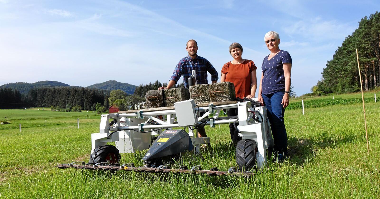 Ny teknologi: Forskerne Anders Aune, Synnøve Rivedal og Liv Østrem med roboten Thorvald på forsøksfeltet ved Nibio Fureneset august 2019. Alle foto: Jon Schärer