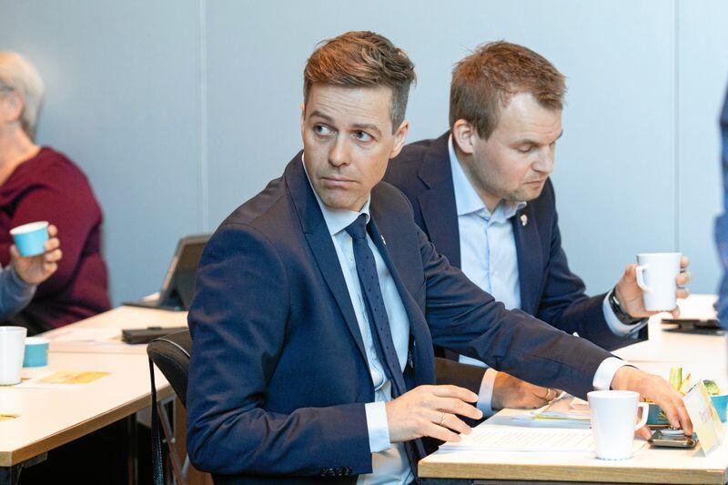 KrF-nestleder Kjell Ingolf Ropstad (til høyre) er blant KrF-erne som gjerne vil ha en klarere plan for hvor KrF vil rent regjeringsmessig. Foreløpig ligger Knut Arild Hareide på været. Foto: Audun Braastad / NTB scanpix