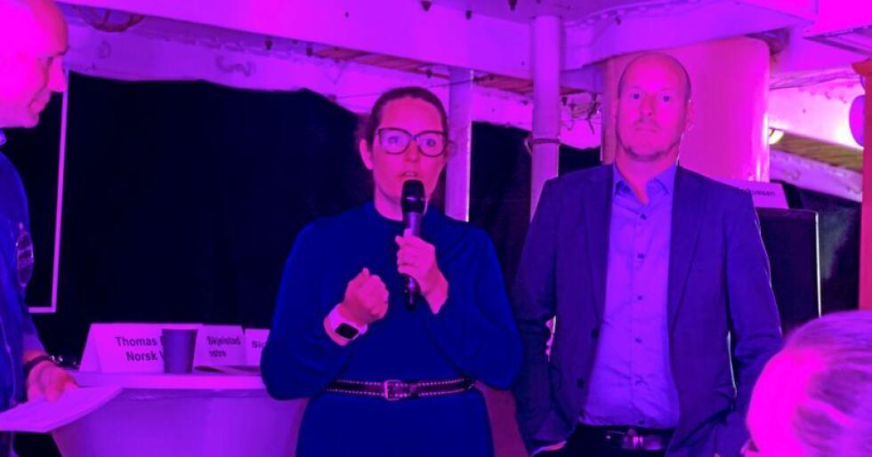 Sørum-ordførar Marianne Grimstad Hansen (H) snakkar om kommunesamanslåing på Arendalsveka. Debattleiar Steinar Qvenild Andersen i KS Bedrift (t.v.) og direktør Thomas Breen i Norsk vann høyrer på. Foto: Line Omland Eilevstjønn