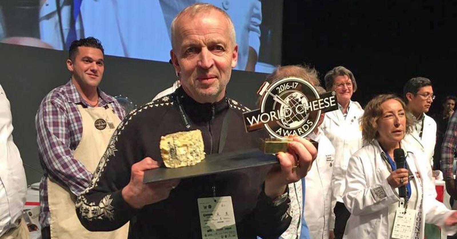 Kraftkar Tingvollost ble kåret til verdens beste ost under oste-VM i San Sebastian i 2016. Gunnar Waagen tok imot gullmedaljen i Spania. Foto: Privat