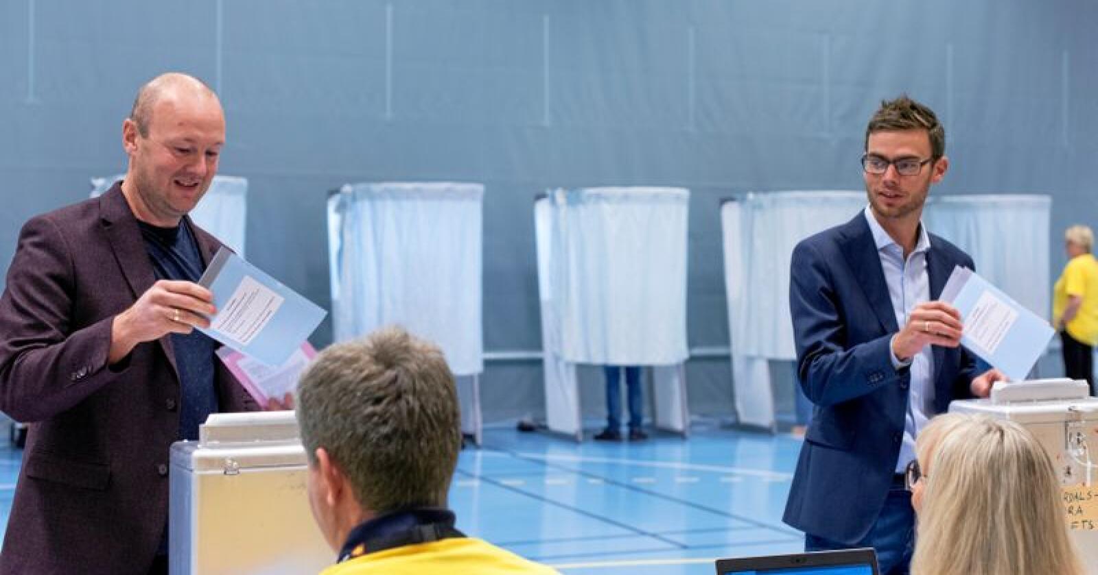 Her stemmer Ole Gunnar Hallager (Ap) og Pål Sverre Fikse (Sp) litt etter klokka 10 på Verdalsøra ungdomsskole. Går valget som meningsmålingene har vist, blir det Sp-ordfører for første gang på 20 år i industrikommunen Verdal. Foto: Håvard Zeiner