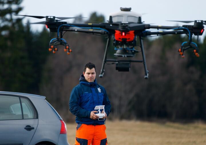MARKED: Atilla Haugen i Biodrone AS mener landbruket i Norge er klare for å kjøpe dronetjenester. Her bærer dronen en beholder med grasfrø. Foto: Thomas Jergel