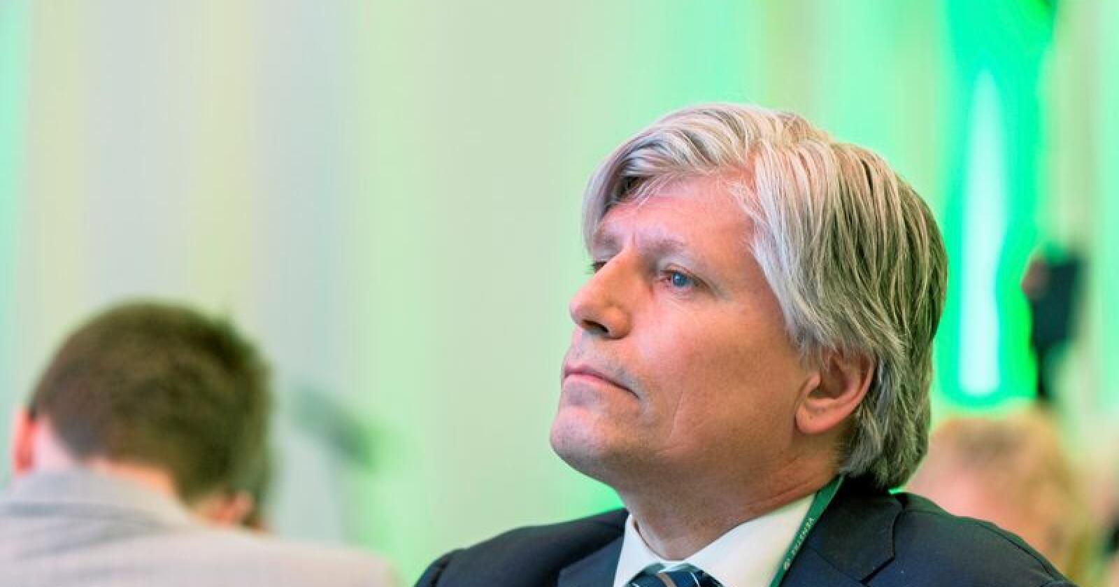 Tillitsproblem: Ola Elvestuen koser med ulv. Rovdyrklagesakene bør avgjøres av jurister, mener KLD. Foto: Ned Alley / NTB scanpix
