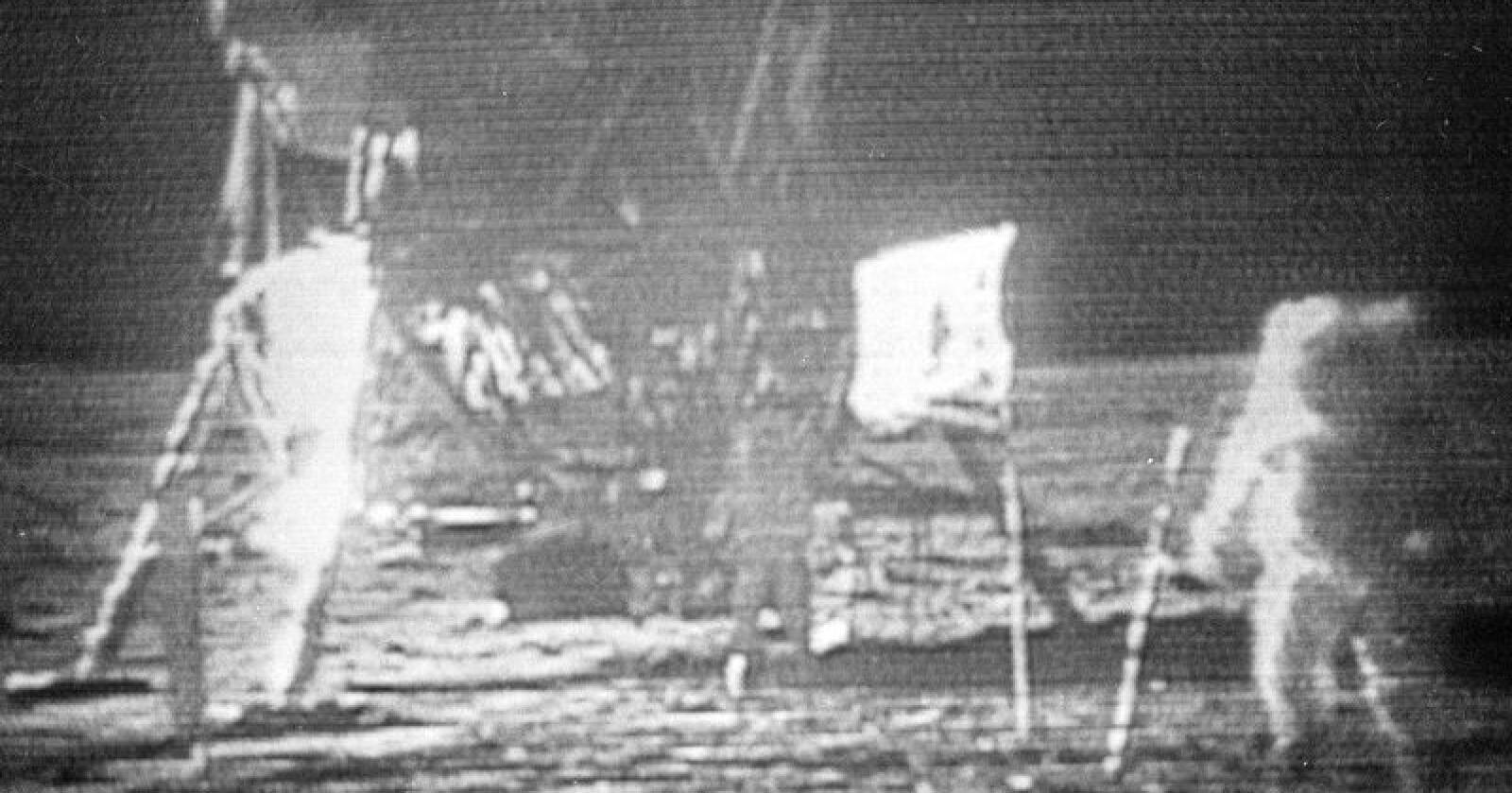 Langt fra Lier: Skarpere enn dette ble aldri tv-bildene som familien i Lier fikk inn på skjermen for 50 år siden. Dette satt vi som tente lys og så på. Vi skimter Neil Armstrong, til høyre, og Edwin E. «Buzz» Aldrin nærmere landingsfartøyet «Eagle». Foto: NASA via AP