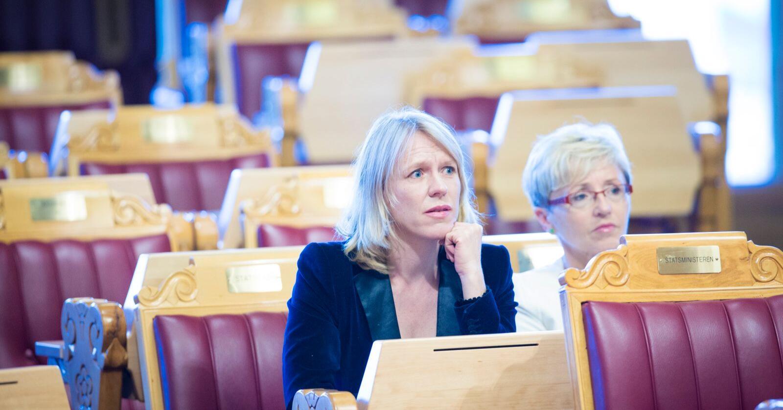 Anniken Huitfeldt (Ap) og Liv Signe Navarsete (Sp) er de fremste forsvarspolitikerne i sine parti. Nå får de kritikk fra Høyre for å kutte i objektsikring. Bildet er tatt i 2012, da Huitfeldt og Navarsete selv satt i regjering. Foto: Kyrre Lien / NTB scanpix