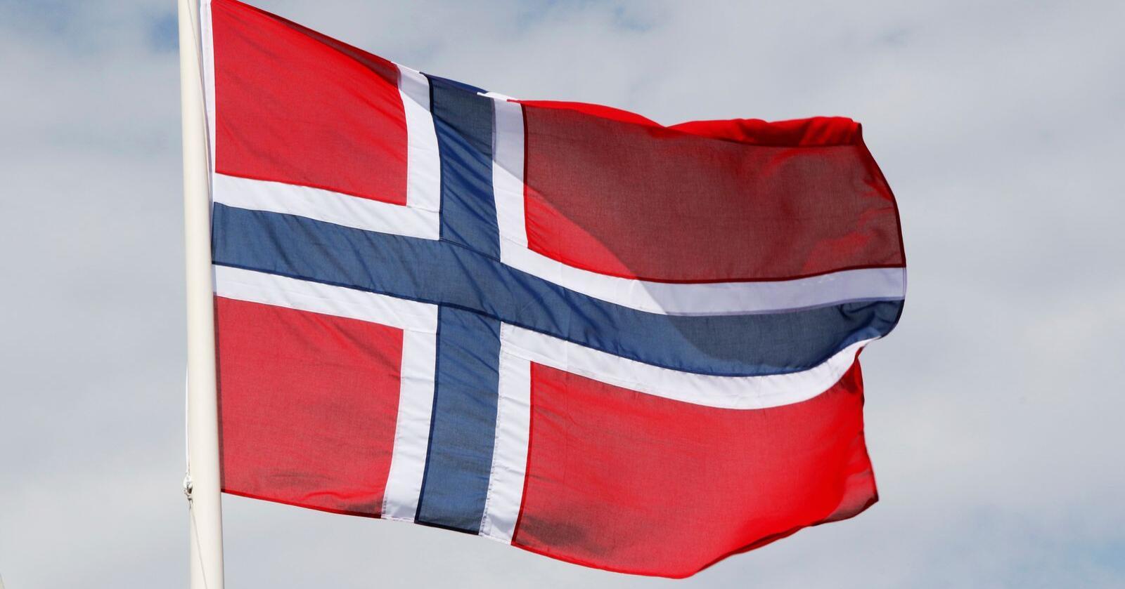 Raudt som kveldssola, kvitt som snøen og blått som breen - det er dei norske flaggfargane, som også symboliserer fridom. Foto: Erik Johansen / NTB / NPK