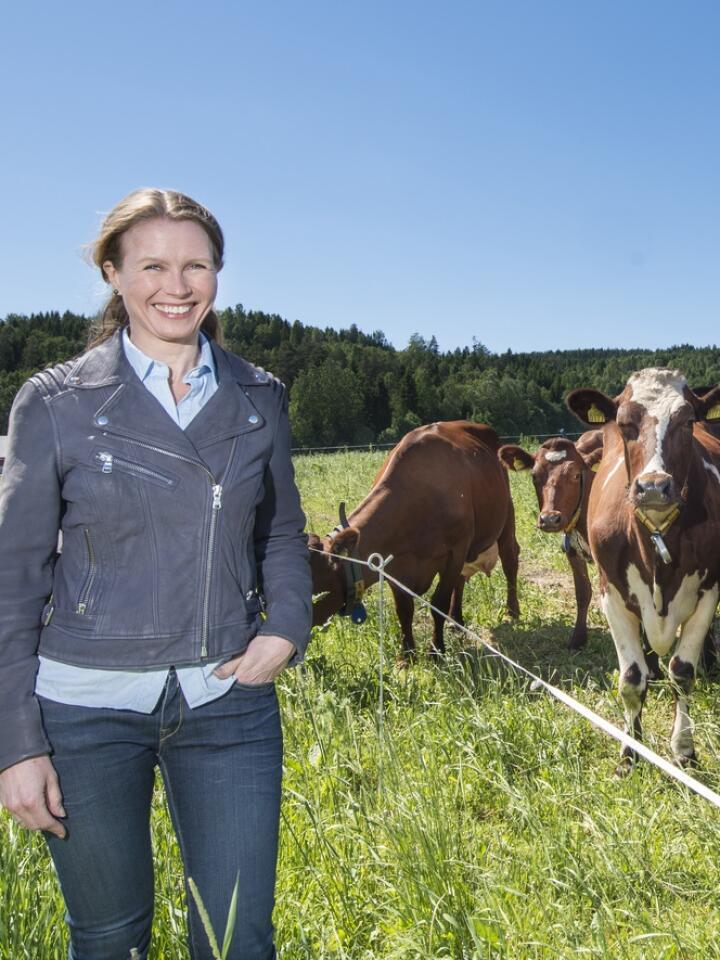 UTE: Markedssjef kraftfôr i Felleskjøpet Agri, Trude Ulven, tar seg mer enn gjerne en tur ut i felten. Foto: Håvard Simonsen