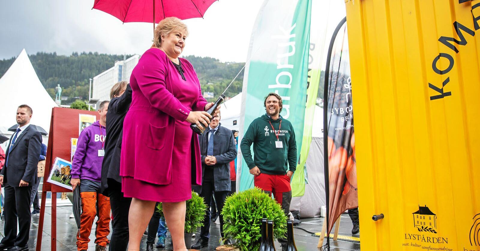 Statsminister Erna Solberg deltok på Bergen matfestival 2020, et arrangement som måtte endre sitt konsept og avlyse den planlagte festivalen på festningen, men ikke slapp regningen som staten sendte ut.  Foto: Tove Lise Mossestad