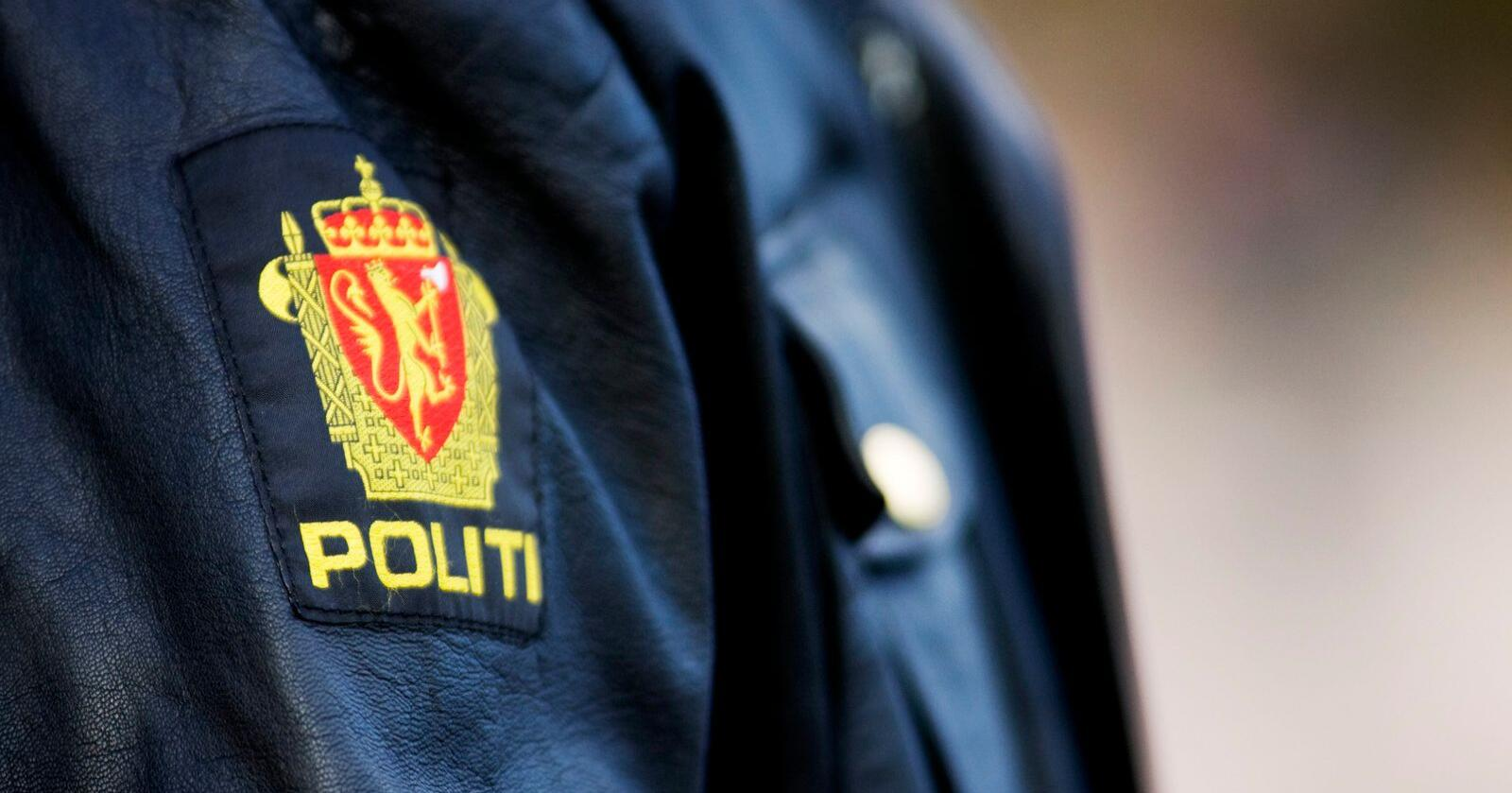 En politimann i sin uniform med symbolet for det norske politi torsdag ettermiddag i Oslo. Foto: Kyrre Lien / NTB