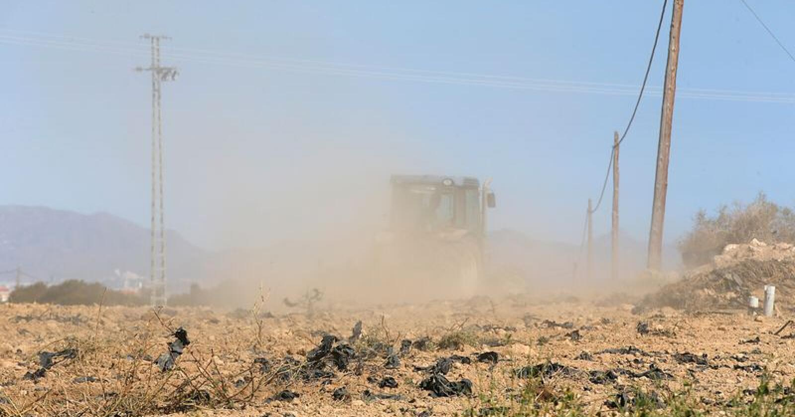Tørke skaper vanskeligheter for landbruket som igjen bidrar til nedgang i verdensøkonomien, sier OECD. Her fra Murcia-regionen i Spania der en traktor virvler opp støv fra en uttørket åker. Foto: Vidar Ruud / NTB scanpix