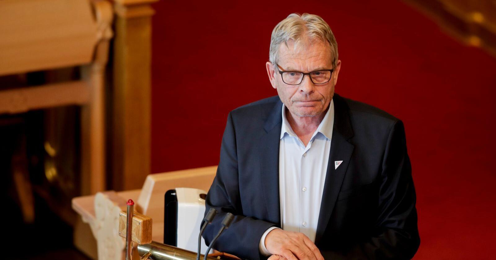 Arne Nævra (SV) krever svar på et skriftlig spørsmål. Her fra en gang han ventet på et muntlig svar i Stortinget. Foto: Vidar Ruud / NTB