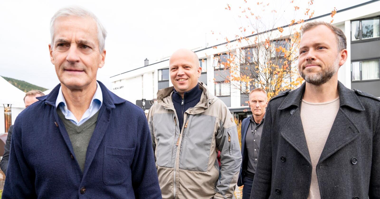 Jonas Gahr Støre (Ap), Audun Lysbakken (SV) og Trygve Slagsvold Vedum (Sp) ved Hurdalsjøen hotell for sonderinger om regjeringsforhandlinger mellom Ap, SV og Sp. Sonderingene fortsetter mandag. Foto: Torstein Bøe / NTB
