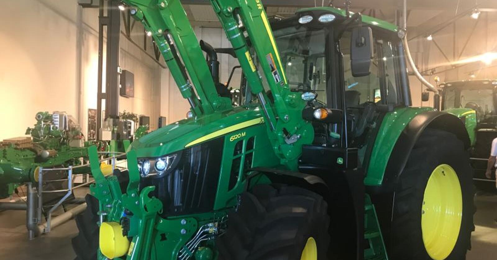 John Deeres nye 6M-serie skal med sitt skråstilte panser og korte akselastand, være en velegna traktor for frontlasterkjøring. (Foto: Lars Raaen)