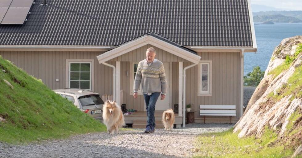 Kjell Gaute Vervik og familien bygget Älvsbyhus i tilknytning til småbruket han arvet. Nå skal Colliene Frost og Frida på tur. Foto: Chris Wilhelmsen