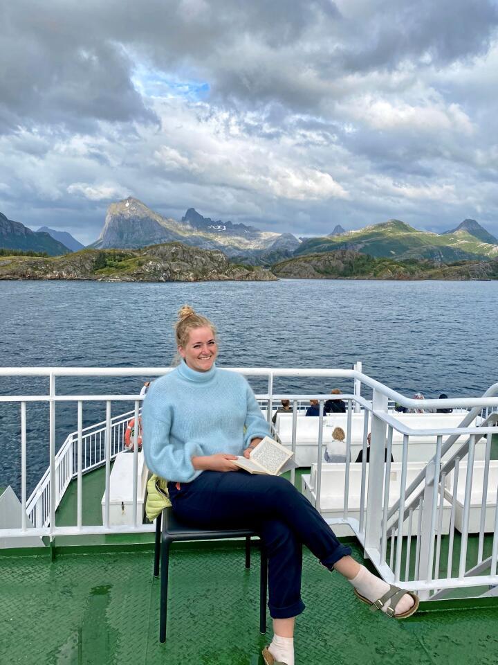 Emilie Enger Mehl på ferja mot Jektvik i Nordland. Foto: Privat