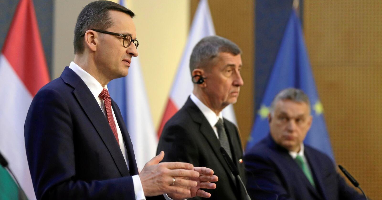 Polens statsminister Mateusz Morawiecki (til venstre) og hans regjering  forsøker å legge domstoler og mediehus under politisk kontroll. Til høyre Ungarns statminister Viktor Orbán. Foto: Petr David Josek / Ap / NTB scanpix