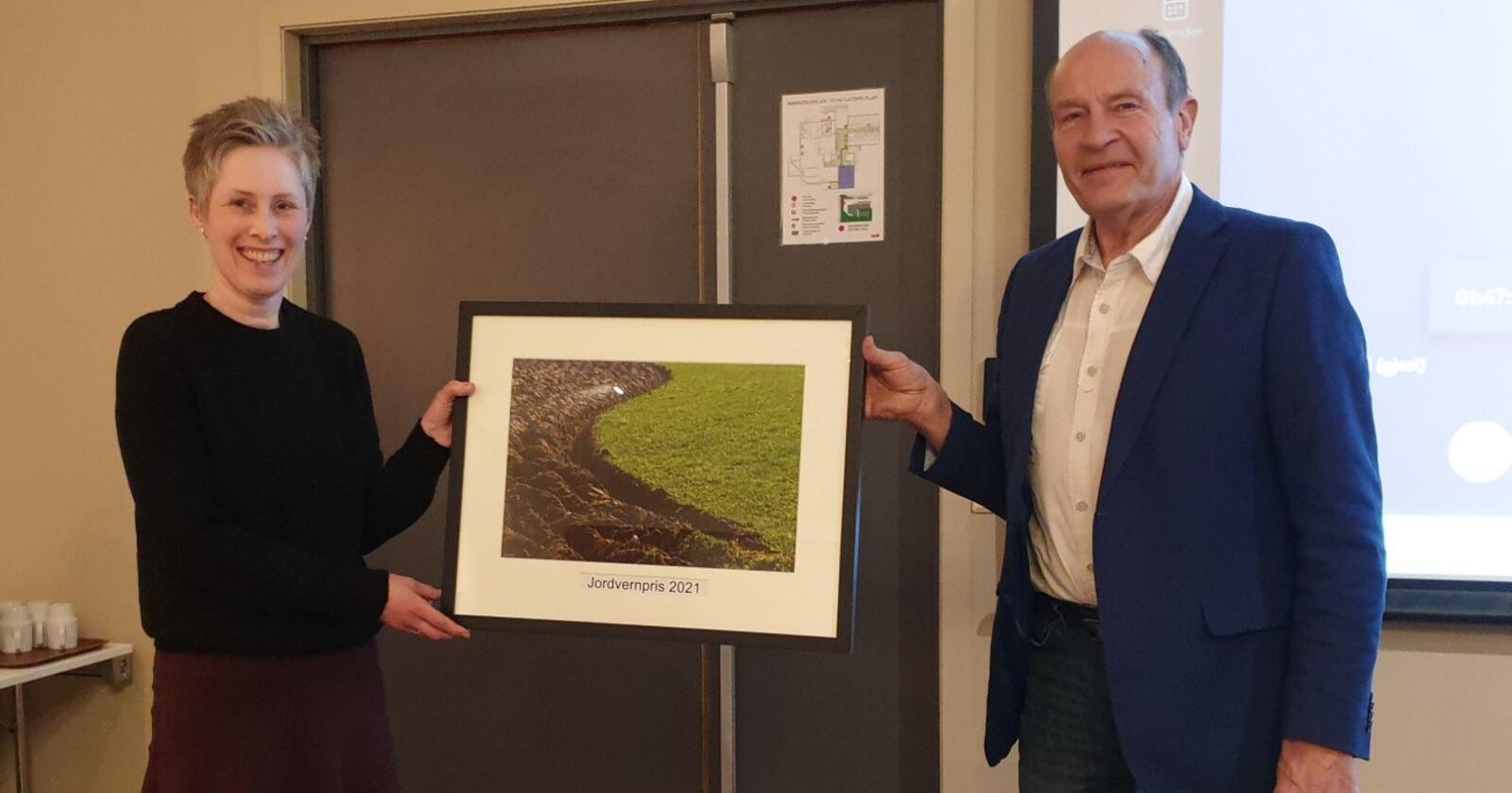 Anne Grødem Frøyland får overrakt Jordvernprisen fra lederen av Jordvernforeninga i Rogaland, Olaf Gjerdrem. Foto: Privat