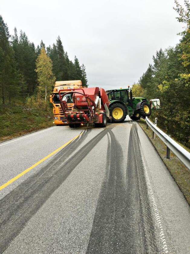 Dramatisk: Arne Nytrøen Solvang bremset det han kunne på vei mot lastebilen. Både lastebilen og rundballepressa ble svært skadet, men sjåførene gikk det godt med.