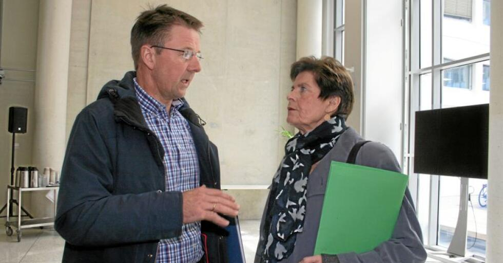 Beredskap: Myrjorda er ein viktig ressurs og gjer matproduksjonen mindre sårbar for klimaendringar ifølgje Lars Petter Bartnes (t.v.) i Bondelaget og Merete Furuberg i Småbrukarlaget. Dei ber regjeringa droppe forslaget om å forby nydyrking av myr. Foto: Bjarne Bekkeheien Aase