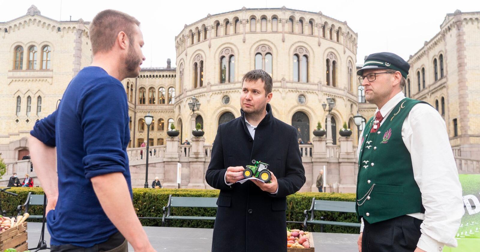 Leder i næringskomiteen Geir Pollestad under en markering fra Bondeorganisasjonene i forbindelse med årets jordbruksoppgjør. Foto: Terje Pedersen / NTB