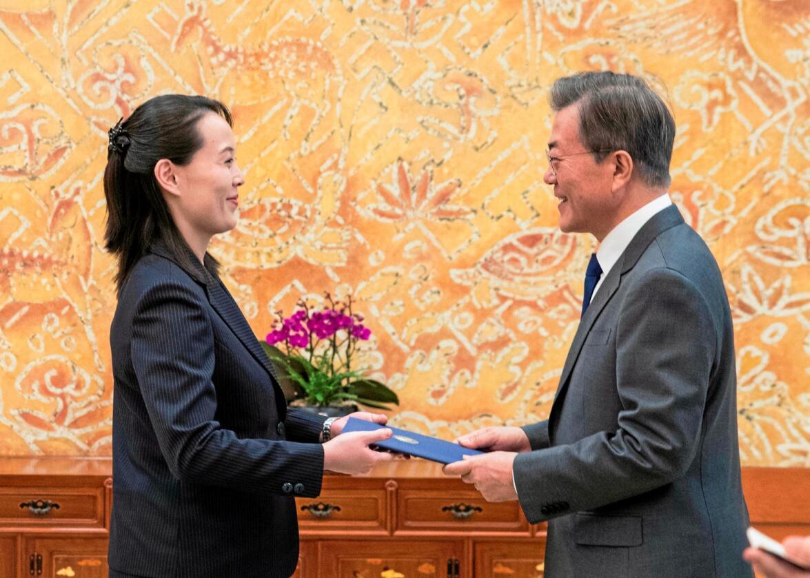 Tilnærming:  Sør-Koreas president Moon Jae-in mottar et brev fra Nord-Koreas leder Kom Jong Uns søster Kim Yo Jong.Foto: Kim Ju-sung / Yonhap / AP / NTB scanpix