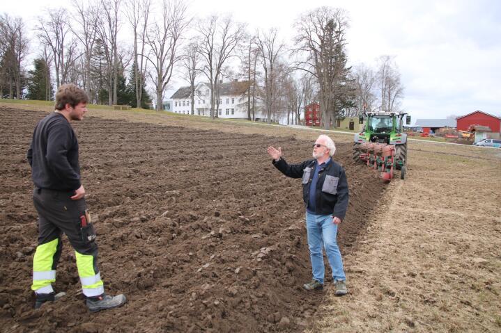 OVERGANG: I tre måneder har Hans Martin Landstad (t.v.) jobbet sammen med Gisle Roald Bjerkan for å få oversikt over alle oppgavene som følger med jobben som gårdsbestyrer.