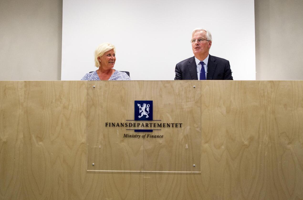 Finansminister Siv Jensen og Michel Barnier, visepresident i Europakommisjonen og kommissær for det indre markedet, under et pressetreff i Finansdepartementet i Oslo mandag. Foto: Vegard Grøtt / NTB scanpix