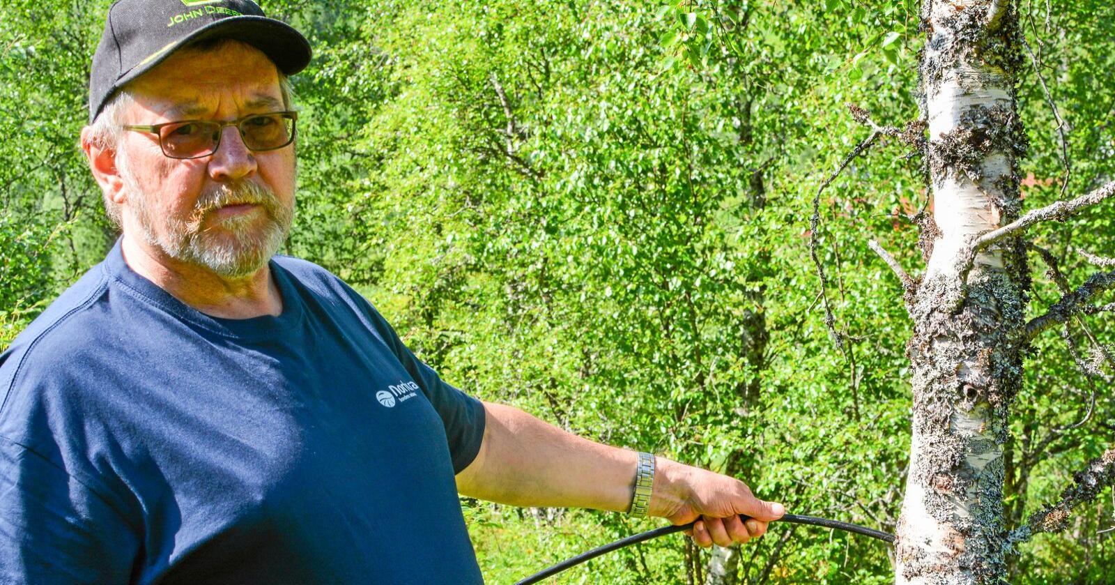 Mjølkebonde Anders Johansen forstår ikkje kva Telenor har tenkt då dei ikkje rydda opp etter seg. Foto: Jan O. Nielsen