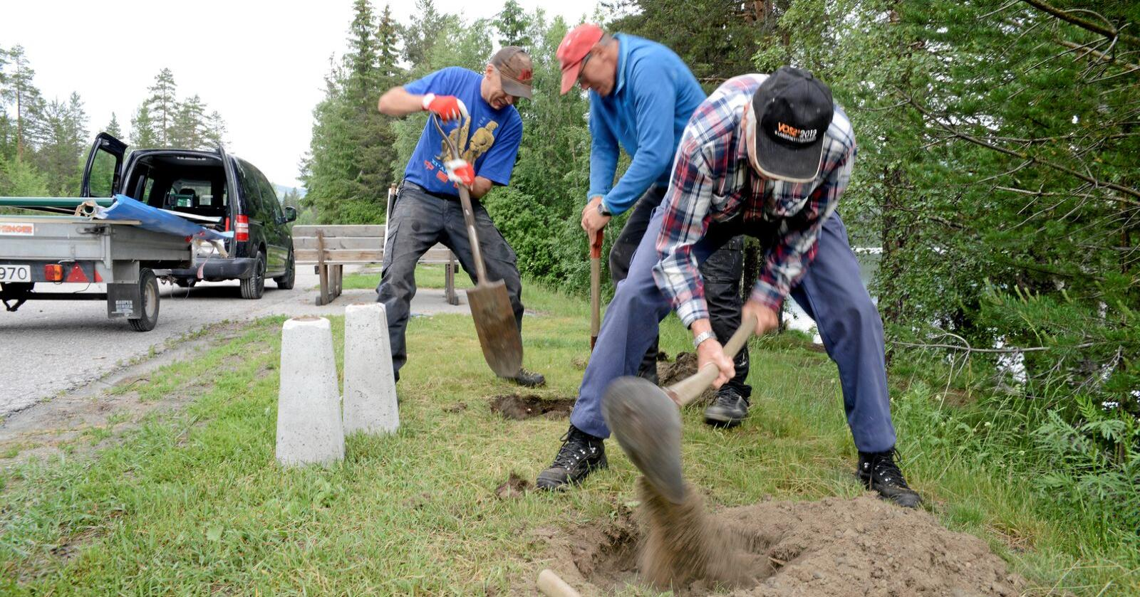Voksent arbeid: Gunnar Johnrud, Bjørn Orlistullen og Hans Erik Rua setter opp infoskilt for Jondalen bygdelag. Foto: Mariann Tvete
