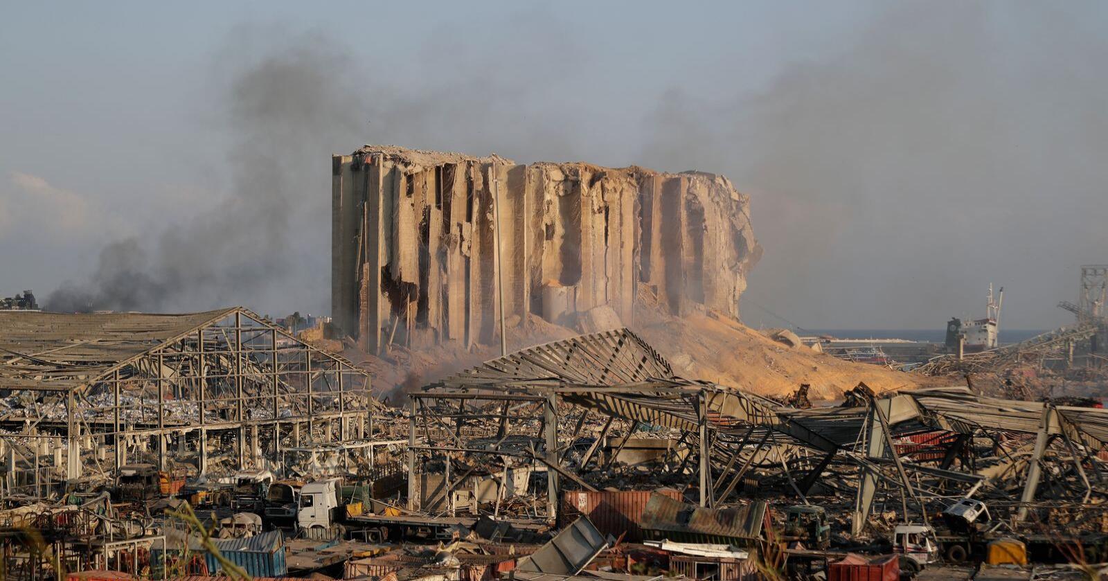 Ødeleggelsene i Beirut er enorme og tyder på at det var et lager med ammoniumnitrat som eksploderte, ifølge forskere som har gransket bilder og videoer av eksplosjonen. Foto: Hussein Malla / AP / NTB scanpix