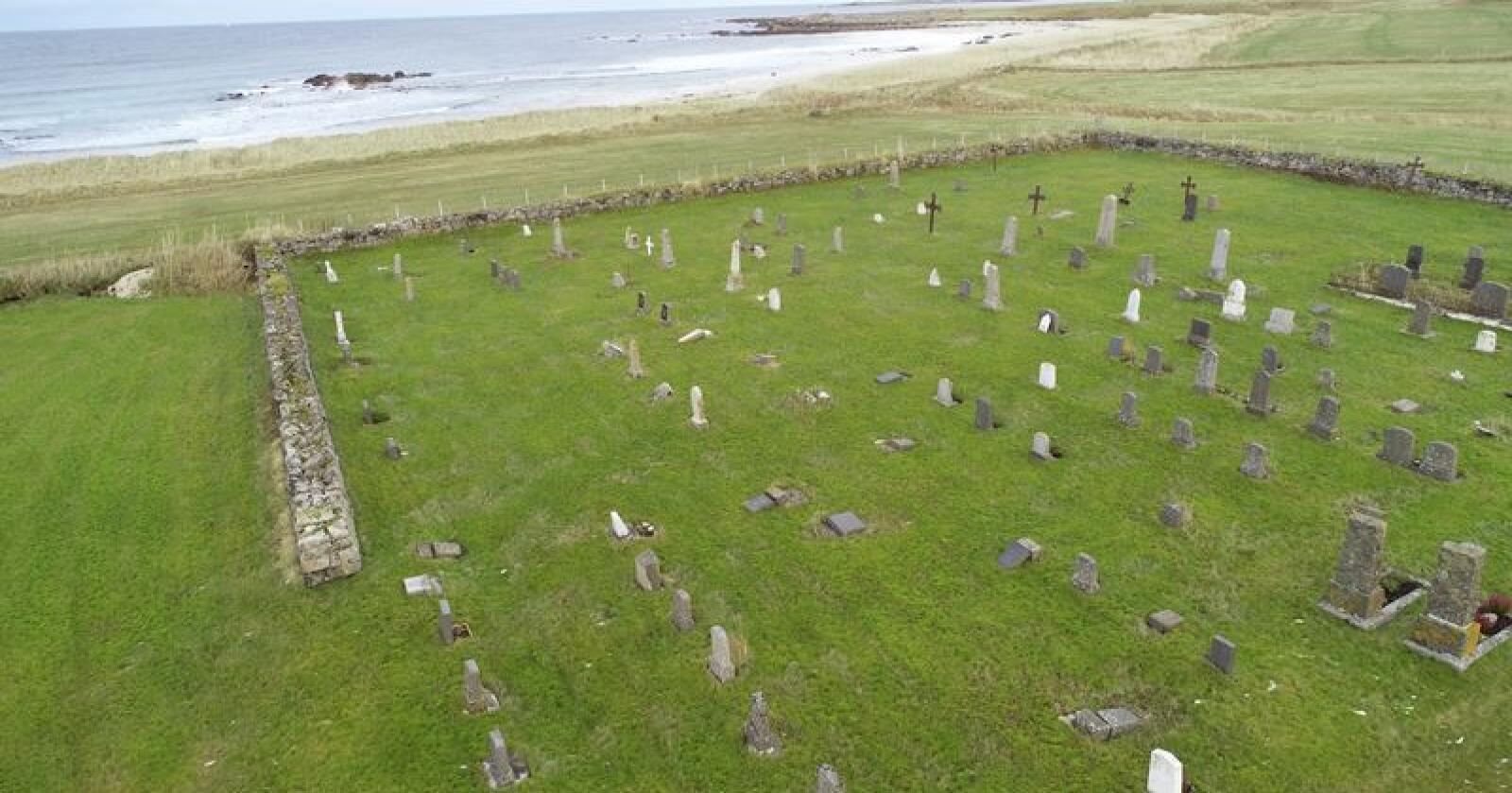 Da 25 gravstøtter ble funnet veltet på Haugen kirkegård på Åknes i Andøy, ble saken anmeldt til politiet. Foto: Andøy kirkekontor / Jan Harald Andersen