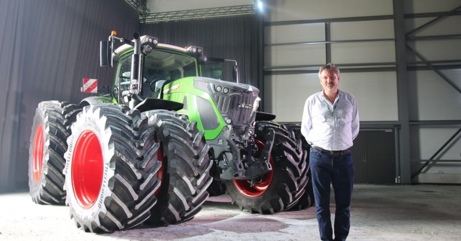 John Henrik Stadtler er nasjonal salgssjef for Fendt i Norge. Her står han foran traktorprodusentens nye flaggskip - Fendt 942 Vario med 415 hestekrefter. (Foto: Lars Raaen)