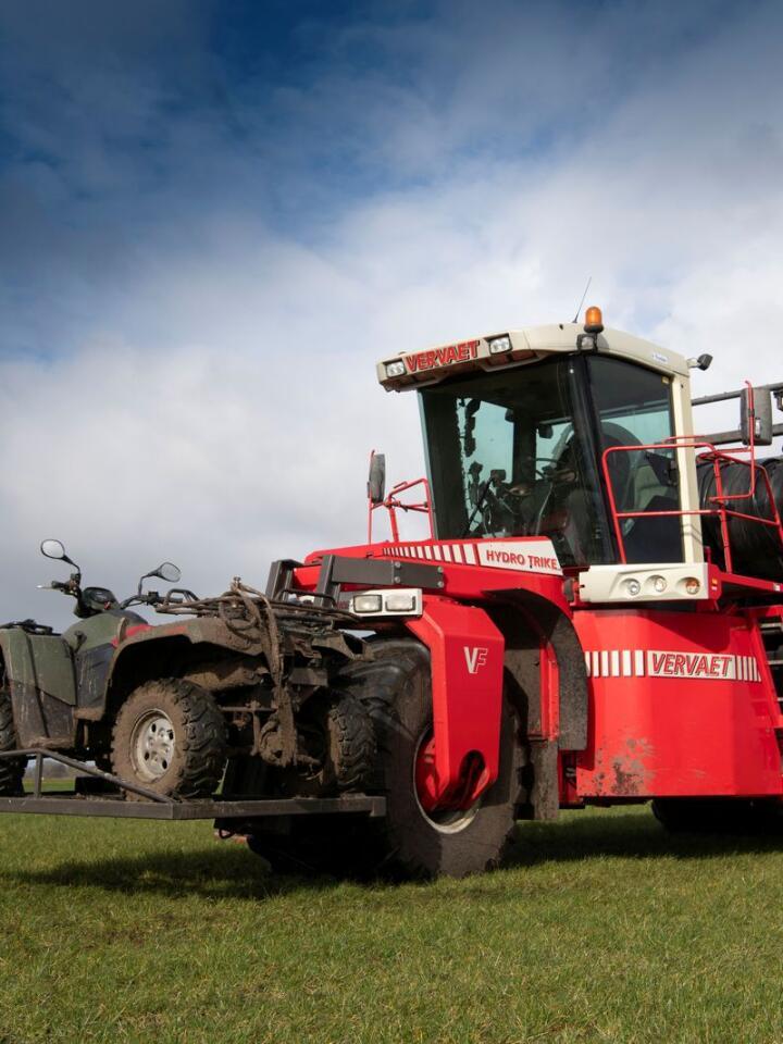 Følgebil: ATV-en er et viktig verktøy for å sjekke resultatet av arbeidet.