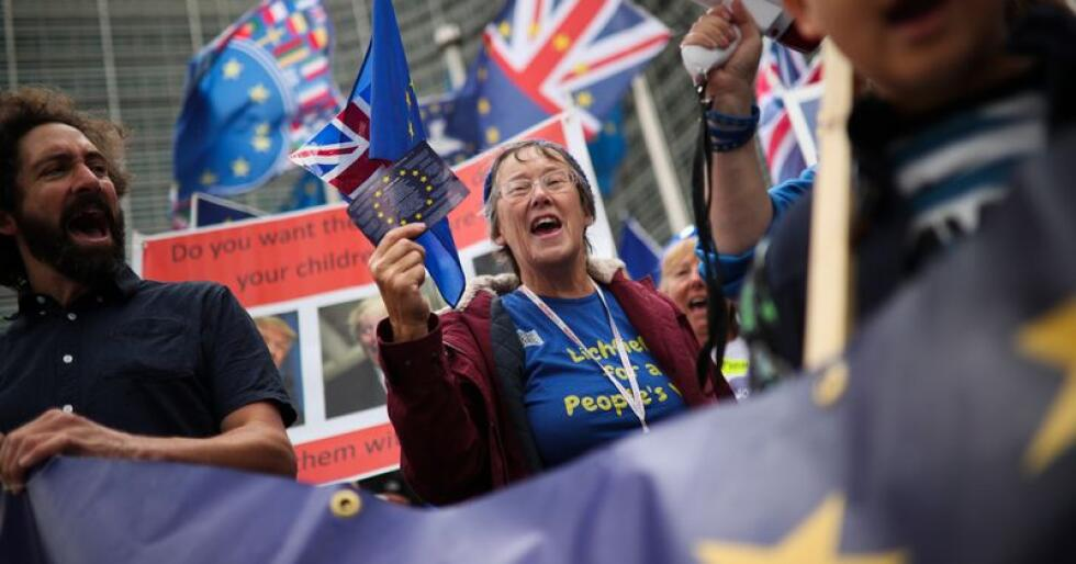 Mens brexitmotstandere demonstrerte utenfor EU-kommisjonen i Brussel, ble kommisjonen orientert om brexitprosessen av sjefforhandler Michel Barnier. Foto: Francisco Seco / AP / NTB scanpix